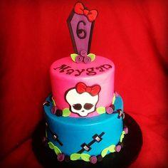 Monster High birthday cake by Simply Sweet Creations (www.simplysweetonline.com)