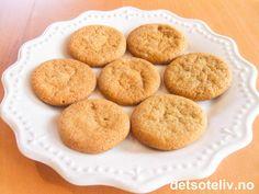 """""""Korianderkaker"""" er lettlagde småkaker med deilig koriandersmak. Kakene ligner på gammeldagse """"Koriandernøtter"""" (se oppskrift på detsoteliv.no), men """"Korianderkaker"""" flyter mer utover under stekingen. Cookies, Desserts, Food, Biscuits, Meal, Deserts, Essen, Hoods, Dessert"""