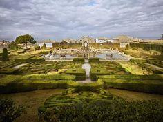 Villa Lante : ces allées sages dissimulent quelques farcesCe labyrinthe de buis est l'une des nombreuses attractions de la Villa Lante, bâtie au XVIe siècle pour le cardinal Gambara sur ses terres de Bagnaia, à l'est de Viterbe. L'eau en est le fil conducteur, avec fontaines (ci-contre celle des Maures) et jets scintillants. Le prélat, farceur, avait même imaginé des mécanismes cachés pour arroser les dames en promenade.