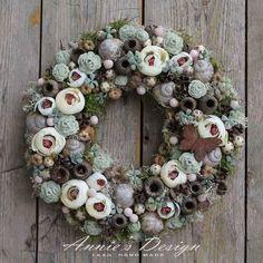 Fabric Wreath, Diy Wreath, Handmade Flowers, Diy Flowers, Rustic Table Runners, Xmas Wreaths, Summer Wreath, Flower Crafts, Floral Arrangements