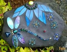 Dragonfly Mosaics Carol Deutsch I have always wanted to mosaic and love dragon flies! Mosaic Crafts, Mosaic Projects, Mosaic Art, Mosaic Glass, Glass Art, Stained Glass, Rock Crafts, Arts And Crafts, Diy Crafts