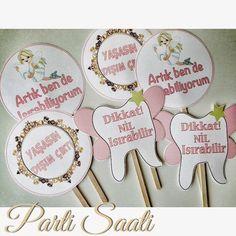 Diş buğdayı partisi malzemeleri partinizin en önemli noktasıdır. Bu malzemeler eksiksiz, eğlence dolu bir parti organize etmenizi sağlar. İşte, o malzeme.. Mickey 1st Birthdays, First Tooth, Tooth Fairy, Teeth, Place Cards, Place Card Holders, Party, Tooth, Parties