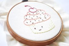 free cupcake embroidery patterns would be super cute on a little zip pouch or tea towels