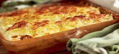 Fransk kartoffelgratin med løg, hvidløg, mælk, fløde og revet ost. Dejlig tilbehør til stegte kød- og fiskeretter. Klik her og se opskriften