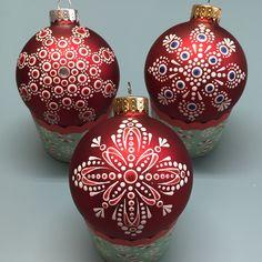 Handpainted Christmas Ornaments, Christmas Ornament Crafts, Hand Painted Ornaments, Christmas Bulbs, Christmas Crafts, Christmas Mandala, Christmas Craft Fair, Mandala Painted Rocks, Purple Christmas