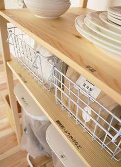 """「壁に付けられる家具」や「パイン材ユニットシェルフ」を使ってスマートに収納&管理。""""ムジラー""""でミニマリストのやまぐちせいこさんが、「無印良品」のアイテムでできる整理整とん術を紹介します。 Kitchen, Home, Cuisine, Kitchens, Stove, Cucina"""