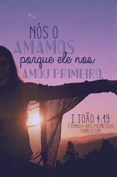 """19 Nós amamos porque ele nos amou primeiro. 20 Se alguém afirmar: """"Eu amo a Deus"""", mas odiar seu irmão, é mentiroso, pois quem não ama seu irmão, a quem vê, não pode amar a Deus, a quem não vê.  Leia o capítulo completo: 1 João 4                                                                                                                                                      Mais"""
