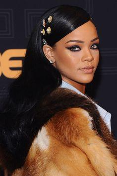 Rihanna berce les cheveux turquoise néon