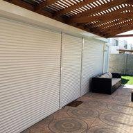 Las persianas exteriores manuales Rollertec entregan seguridad, aislación térmica, acústica y solar. Su gran densidad de espuma de poliuretano en las láminas permite alargar la vida útil de las persianas, y la gama de colores permitirá tener un elemento de contraste o igualar la fachada de la propiedad.