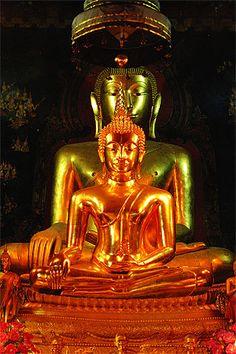พระพุทธชินสีห์ (องค์หน้า) : ปางมารวิชัย พุทธศิลป์แบบสุโขทัยผสมเชียงแสน หล่อด้วยโลหะสำริด ลงรักปิดทอง รัศมีองค์พระกะไหล่ด้วยทองคำ ฝังพระเนตรฝังเพชรที่พระอุณาโลม ใต้ฐานพุทธบัลลังก์บรรจุพระบรมราชสรีรังคาร พระบาทสมเด็จพระมงกุฏเกล้าเจ้าอยู่หัว รัชกาลที่ 6 ซึ่งเคยทรงผนวช ณ วัดนี้ เมื่อครั้งยังทรงดำรงพระราชอิสริยยศที่ สมเด็จพระบรมโอรสาธิราช เจ้าฟ้ามหาวชิราวุธ สยามมกุฏราชกุมาร ประดิษฐาน ณ พระอุโบสถ วัดบวรนิเวศวิหาร ราชวรวิหาร กรุงเทพฯ