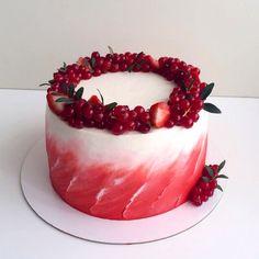 Красный бархат с крем-чиз и малиной. Оформлен венком из ягод клубники и красной смородины. Автор Instagram.com/lena_vlasova_cakes