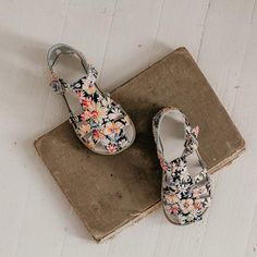 Eric Carl Boys Girls Home Sandal Quick Drying Non-Slip Shower Bath Slippers Stylish Beach Sandals