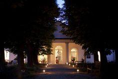 A Babérliget Vendégház Somogy megyében található, 25 percnyi autózásra Balatonlellétől és ugyancsak 25 percre Kaposvártól, a történelmi ... Wedding Places, Provence, Mansions, Luxury, Night, House Styles, Amazing, Beautiful, Home