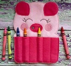 Giz de cera/Crayon Crayon Holder, Pencil Holder, Pen Holders, Felt Crafts, Diy And Crafts, Busy Book, Family Affair, Kids Bags, Couture