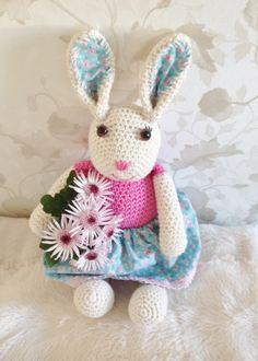 Dette er kaninen Tulla. Hun er en av mine første egne hekleprosjekter. Har heklet henne på besti...