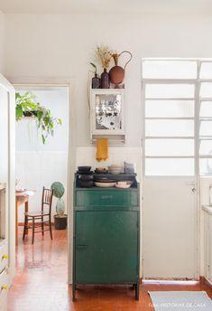 Cozinha com móvel verde e armário de parede tem utensílios e janela com iluminação natural. Cozy Space, Decor, Boho Decor, Interior, House, Kitchen, Indoor, Vintage Decor, Home Decor