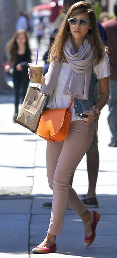 great outfit for the school run thanks Jessica Alba for your uber cool mum style!