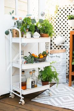 Find new ways to incorporate outdoor bar carts into your interior design in your garden and outdoor living room with these gorgeous home decor accessories. Bar Cart Styling, Bar Cart Decor, Ikea, Outdoor Bar Cart, Outdoor Bars, Rolling Bar Cart, Image Deco, Gold Bar Cart, Outdoor Kitchen Design