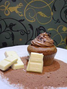 Amaretto-Schokocupcakes mit Marzipan-Schokoladencreme Yummy Cupcakes, Marzipan, Pudding, Desserts, Food, Baking, Dessert Ideas, Rezepte, Tailgate Desserts