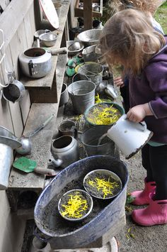 What a wonderful mud kitchen! What a wonderful mud kitchen! Outdoor Learning Spaces, Kids Outdoor Play, Outdoor Play Areas, Backyard For Kids, Reggio Emilia, Mud Kitchen For Kids, Natural Play Spaces, Backyard Playground, Playground Ideas