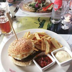 Hamburger and fries at Hotel New York Rotterdam Photo: @ mouniahouari