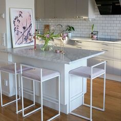 """Bar chair made in Sweden from by Crea® Freja bar chair made in Sweden """"kitchen isle Home Decor Kitchen, Home Decor Bedroom, New Kitchen, Kitchen Dining, Small Kitchen Ideas On A Budget, Chaise Bar, Best Kitchen Designs, Bar Chairs, Interiores Design"""