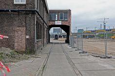"""""""Poortje"""" tussen de vroegere wagenmakerijen van de Centrale Werkplaats van de NS te Utrecht (2e Daalsedijk)."""