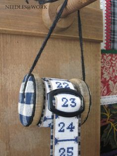 aiguilles @ work - Accueil, nice idea for advent calendar Wooden Spool Crafts, Wooden Spools, Cross Stitching, Cross Stitch Embroidery, Cross Stitch Patterns, Cross Stitch Christmas Ornaments, Christmas Cross, Fabric Crafts, Sewing Crafts