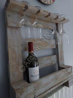 Tag re mural pour bouteilles de vin verres pied construite base de bois de palette for Etagere bouteille le havre