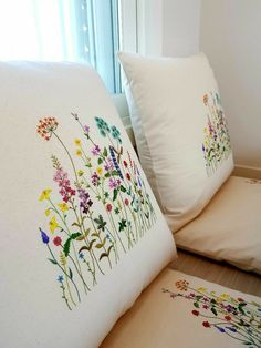 Cushion Embroidery, Hand Embroidery Flowers, Flower Embroidery Designs, Free Machine Embroidery Designs, Embroidery Hoop Art, Hand Embroidery Patterns, Embroidery Stitches, Embroidered Pillowcases, Embroidered Cushions