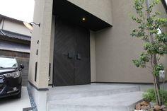 重厚感のある両開きの木製オーダー玄関ドアです。木の質感と塗装色にこだわりました。 Tall Cabinet Storage, Garage Doors, Yard, Outdoor Decor, Furniture, Home Decor, Patio, Decoration Home, Room Decor