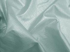 Couro Metal Crocko, couro ecológico craquelado (Azul). Couro ecológico com efeito craquelado, similar a pele de crocodilo. Revestimento que causa o efeito metalizado. Tecido leve e maleável, ideal para peças que exijam certa flexibilidade.  Sugestão para confeccionar: Saias, shorts, jaquetas, detalhes em peças, vestidos tubinho, entre outros.