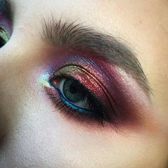 Beautiful iridescent eyes by https://www.instagram.com/tominamakeup/