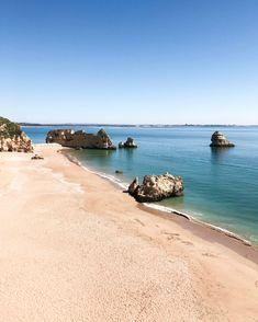 La région d'Algarve au Portugal est connue pour ses immenses plages et ses falaises vertigineuses. Les paysages sont à couper le souffle et la côte est superbe. On ne va pas se mentir, tu n'auras aucun mal à trouver de belles plages, mais pour que tu puisses vraiment en prendre plein les yeux j'ai fait une sélection de mes plages favorites.