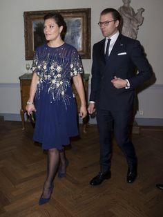 Victoria von Schweden präsentiert ihre Babykugel im dunkelblauen Glitzerkleid. Weiterklicken: Ihre Babybauch-Parade!