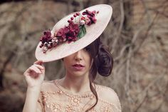 tocado sombrero novia invitada india tiara headpiece Wedding Hats, Headpiece Wedding, Bridal Headpieces, Fascinators, Hair Jewels, Cocktail Hat, Derby Hats, Hair Ties, Ootd Fashion