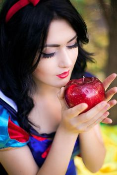 Little srory about Snow White by Misaki-Sai on DeviantArt Snow White Photography, Snow White Makeup, Snow White Fairytale, Snow White Cosplay, Costume Blanc, I Love Snow, Fairest Of Them All, Disney Cosplay, Fantasy Makeup