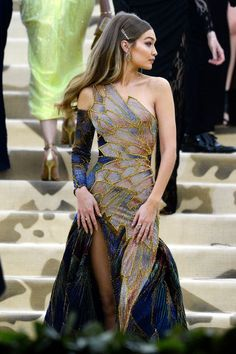 ✧ See more about fashion and art in ✧ Gigi looked so gorgeous at the MET Gala! I was in love with her Versace dress. Pretty Dresses, Beautiful Dresses, Looks Party, Versace Dress, Look Fashion, Fashion Design, Donatella Versace, Gala Dresses, Hanfu