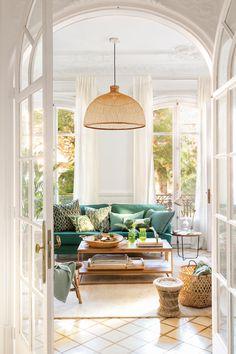 00454743. Классическая белая гостиная с диваном и подушками в зеленых и вспомогательных волокнах 00454743 Диван Ikea с крышкой Sofatherapy, журнальный столик «Merc & Cia», «Аутентичный стул и корзина» от Sacum