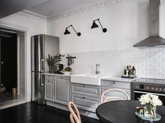 Dramatic kitchen in black and grey