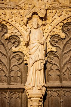 Portail central de la cathédrale Saint-Etienne de Bourges, vers 1220-1230. Détail du trumeau : le Christ bénissant.