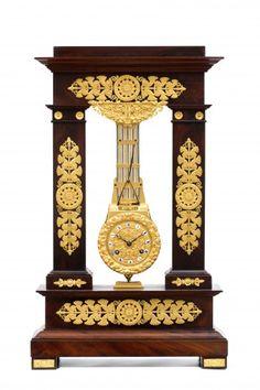 Een mooie Franse laat-Empire mahonie en vuurvergulde oscillerende pendule, circa 1820. - Antiek | ArtListings