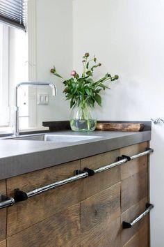Houten keuken van oud eiken via RestyleXL. Foto: Magazine Wonen in landelijke stijl - Fotografie Denise Keus