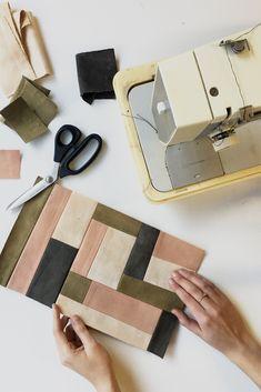 Tutorial de patchwork - Bolso acolchado de bricolaje - Calico The duvet – this carries Patchwork Bags, Quilted Bag, Crazy Patchwork, Painting Patterns, Quilt Patterns, Purse Patterns, Stitch Patterns, Sewing Patterns, Textiles