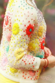 Vintage cardigan with embroidered flowers? Diy Fashion, Fashion Kids, Fashion Shoes, Yarn Bombing, Refashion, Diy Clothes, Hand Embroidery, Sweater Embroidery, Japanese Embroidery