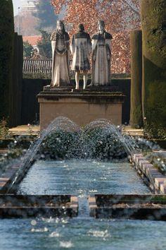 Jardines del Alcazar de los Reyes Cristianos. Estatua de Fernando e Isabel, reyes católicos de España, con Cristobal Colón. Córdoba