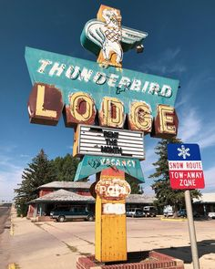 Museum Of Neon Art, Thunderbird Lodge, Cool Neon Signs, Retro Signage, Vintage Hotels, Hotel Motel, Googie, Vintage Signs, Vintage Antiques