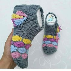 Crochet Slipper Pattern, Crochet Toys Patterns, Baby Knitting Patterns, Knitting Stitches, Crochet Box Stitch, Thread Crochet, Crochet Lace, Crochet Baby Boots, Crochet Slippers