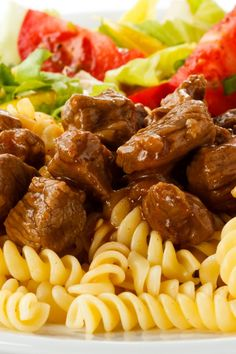 Traditionelles Rindergulasch mit Nudeln Traditional beef goulash with noodles pour un dîner sain Baked Chicken Recipes, Beef Recipes, Vegetarian Recipes, Cooking Recipes, Healthy Recipes, Healthy Breakfasts, Healthy Food, Paleo Dinner, Dinner Recipes