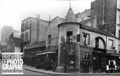 Paris Montmartre (XVIIIème arr.). Tourelle d'un ancien colombier au coin des rues Marcadet et de la rue du Mont-Cenis, vers 1900.